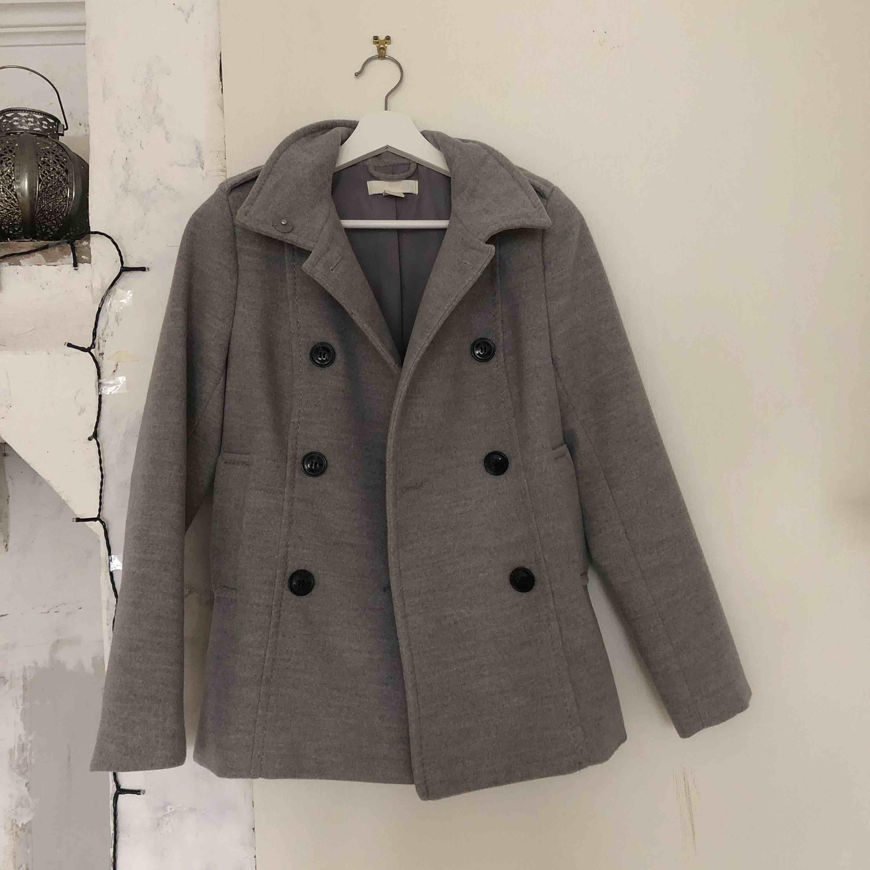 Fin kappa från H&M i bra skick! 30kr, köparen står för frakt :) . Jackor.