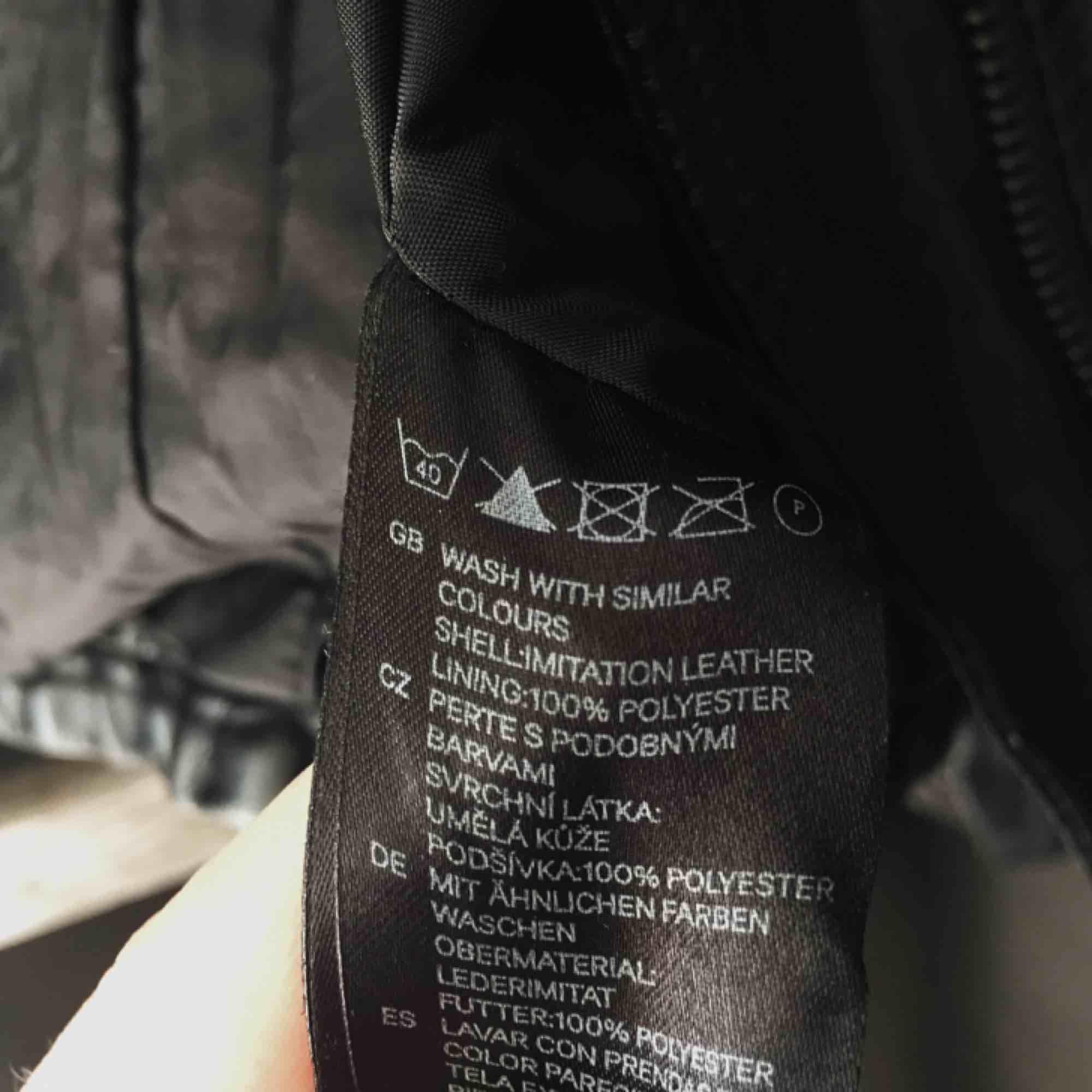 Fuskskinnsjacka. Köparen står för frakten eller möts upp i Växjö. Knappt använd, dock lite skrynklig men den behöver bara mer kärlek.. Jackor.