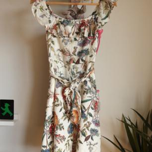 Otroligt söt sommar klänning i stl small av märket Zara.