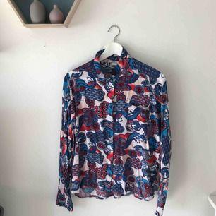 Mycket mönstrad skjorta från Monki. Flitigt använd men i mycket fint skick!! Den e toppen.  Köparen står för frakten 🛒