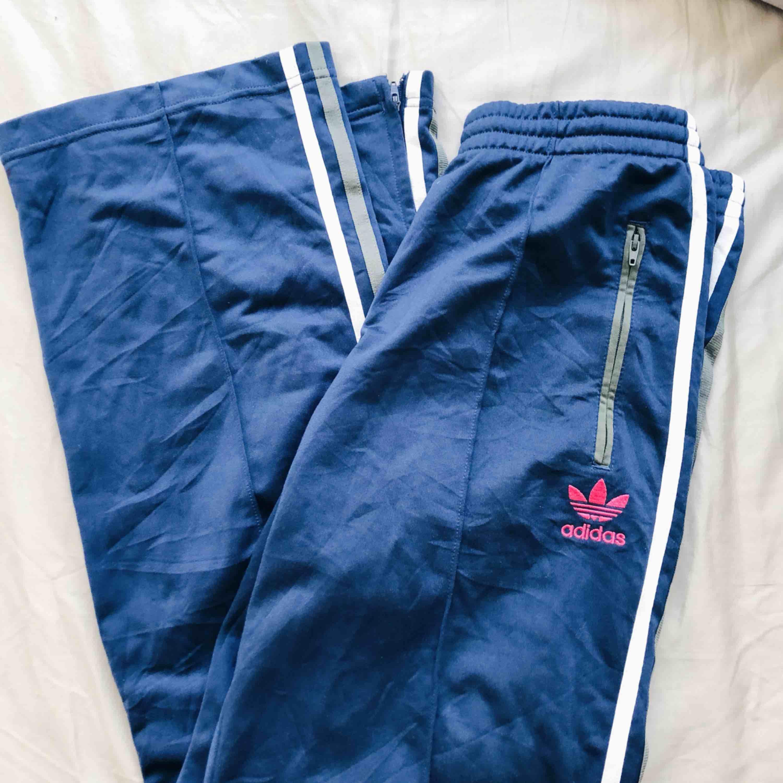 Byxor från Adidas. Köpta på Beyond Retro. Skickas mot frakt eller möts upp i centrala Stockholm.. Jeans & Byxor.