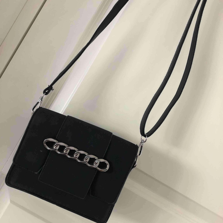 En svart fin handväska, några små märken men som knappt syns. Inga fack invändigt.  . Väskor.