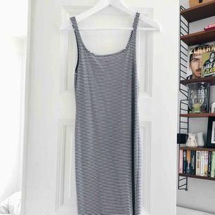 Tajt midi-klänning från Zara. Skickas mot frakt eller möts upp i centrala Stockholm.