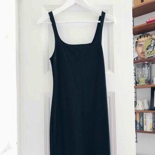 Svart tajt midi-klänning från Zara. Skickas mot frakt eller möts upp i centrala Stockholm.