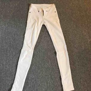 • Vita Dr denim jeans  • Använda två skolavslutningar  • Mycket små i storleken (för tighta för mig) • Fraktar endast! Köparen står för frakten
