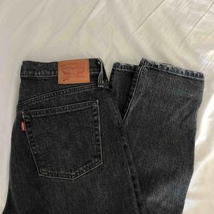 Ett par Levis 501 slim modell. Väl använda (därav priset) men går säkert att åtgärda med symaskin! Priset är inklusive frakt (79kr). Tar endast swish!