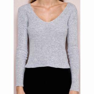 Jättefin tröja i ull (80 % ull), märkt onesize men är som XS. Något nopprig på några ställen men i övrigt väldigt fint skick! Knappt använd. Nypriset var ca 300 kr vad jag minns. Kan mötas upp i Stockholm eller skicka mot fraktkostnad (18:- eller 42:-)