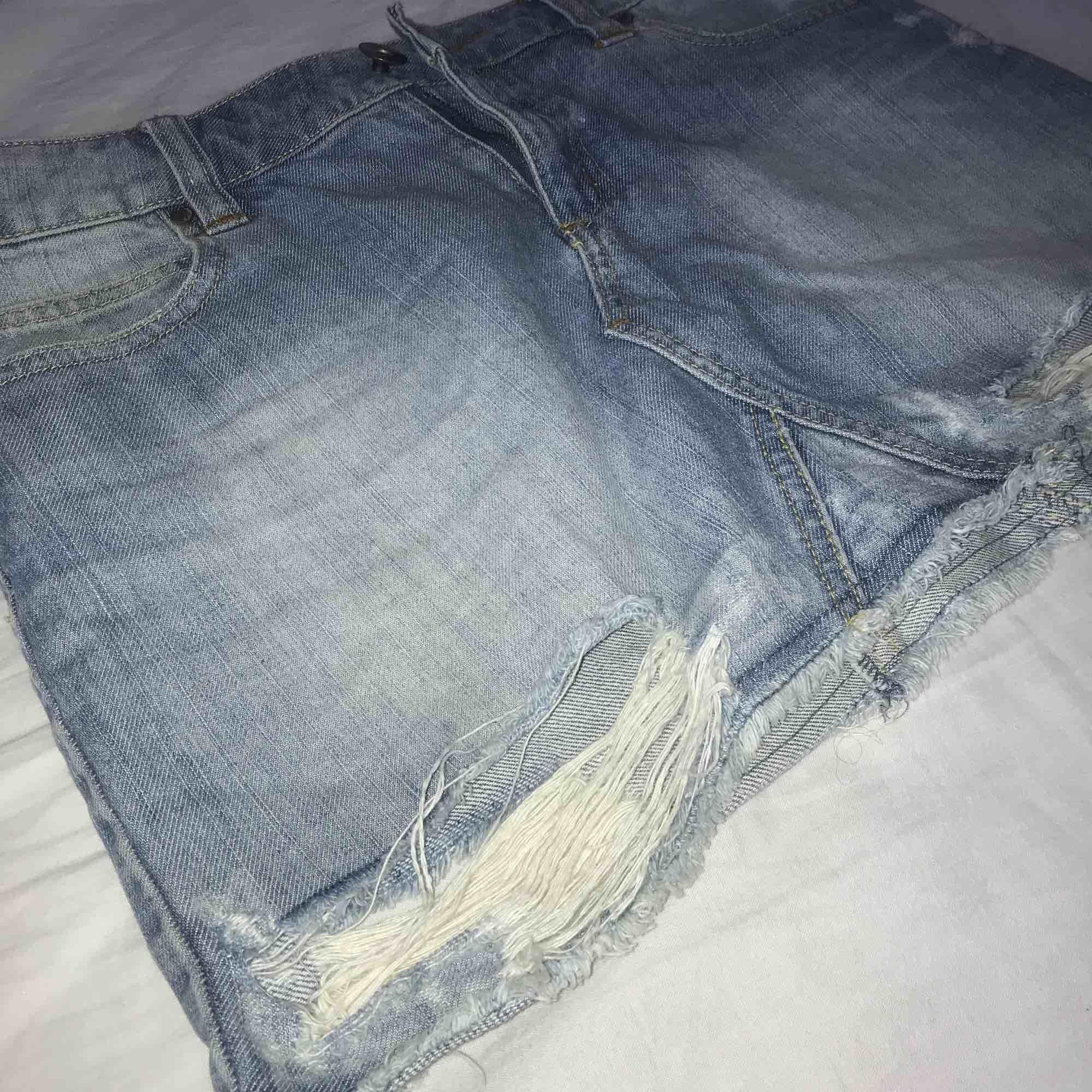 Jeans kjol med slitningar.. Kjolar.