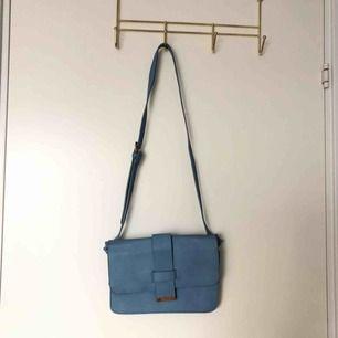 En jättefin blå axelremsväska!!💫💙 Köpt från Lindex och är perfekt nu till våren och sommaren! Köparen står för frakten!!