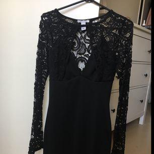 Jättefin klänning från Nelly. Endast använd en gång.  Köparen står för frakten.