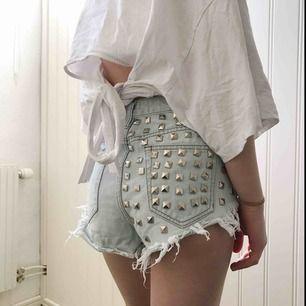 Snyggt slitna högmidjade shorts med nitar, ej stretch ✨ Säljer pga för små för mig!