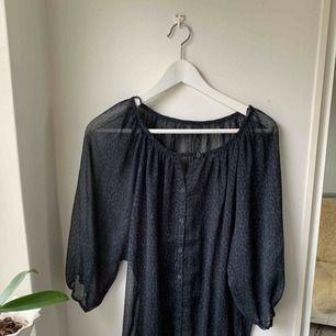 Blå svart blus • Fint skick • väldigt skön att ha på sommaren då den är sval men också som fin tröja.