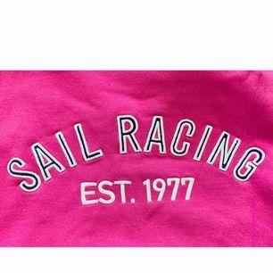 rosa sail racing ziphoodie. säljer på grund av att det inte är min stil längre. jättefin kvalité, har endast tyvärr klippt bort tagen då den irriterade mig.   betalning sker via swish eller genom möte i göteborg