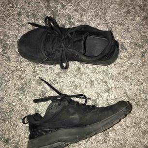 Säljer nu ett par svarta Nike air i storlek 38 Köparen står för frakt🥰