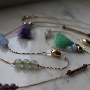 Guldigt halsband med pärlor, stavar och tofsar. (45 cm). Upphämtning i Borås och i annat fall tillkommer fraktkostnad. Betalning sker via swish innan plagget levereras/hämtas upp.