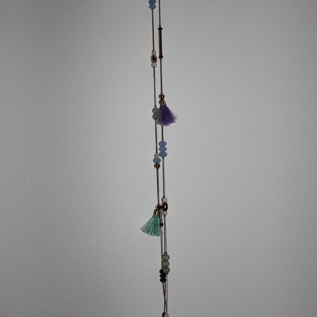 Guldigt halsband med pärlor, stavar och tofsar. (45 cm). Upphämtning i Borås och i annat fall tillkommer fraktkostnad. Betalning sker via swish innan plagget levereras/hämtas upp. . Accessoarer.
