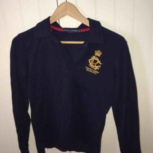 En jätte snygg och bekväm tröja från Ralph Lauren. Storleken är S Den är marinblå  Köparen står för frakt🥰