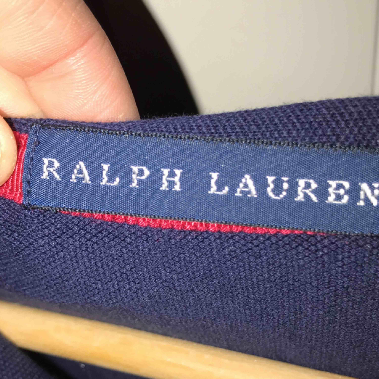 En jätte snygg och bekväm tröja från Ralph Lauren. Storleken är S Den är marinblå  Köparen står för frakt🥰. Blusar.