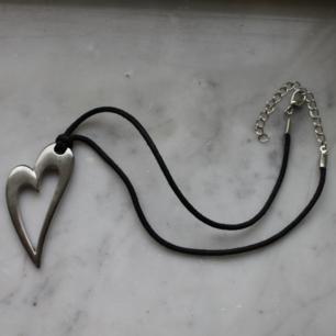 Svart halsband med metallhjärta, 30 cm. Använd ett fåtal gånger. Upphämtning i Borås och i annat fall tillkommer fraktkostnad. Betalning sker via swish innan plagget levereras/hämtas upp.