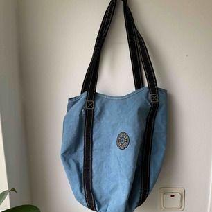 Märkesväska från Kipling • blå med svarta band som inte skaver när dem hänger på axeln • har lite fläckar på vissa ställen men kan skicka mer bilder om man är intresserad.