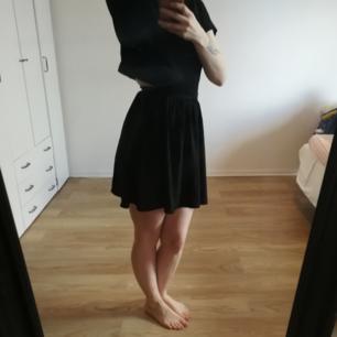 Fin kjol från Monki. Storlek 34. Säljes pga för liten för mig. Gjord i tunt polyestertyg med en silkeskänsla. Perfekt för sommaren.  Kan fraktas om köparen står för frakten. Kan mötas upp i Stockholm. Tar swish.