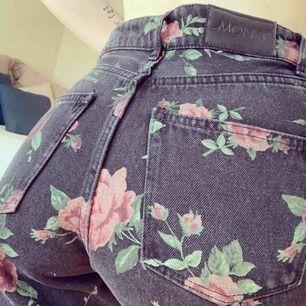 blommiga jeans från monki. använda nån enstaka gång  betalning via swish eller möte i göteborg