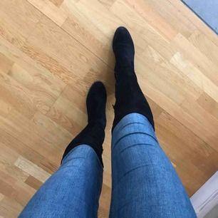 """Säljer ett par oanvända """"over knee"""" boots. Galet bekväma, storlek 39. Fint snörade på baksidan vilket gör skornas """"skaft"""" justerbara"""