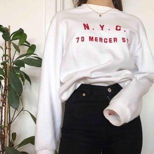 Snygg oversized sweatshirt med röd text från Brandy Melville! I bra skick! Inga fläckar. Checka gärna in min profil för andra snygga plagg!💓