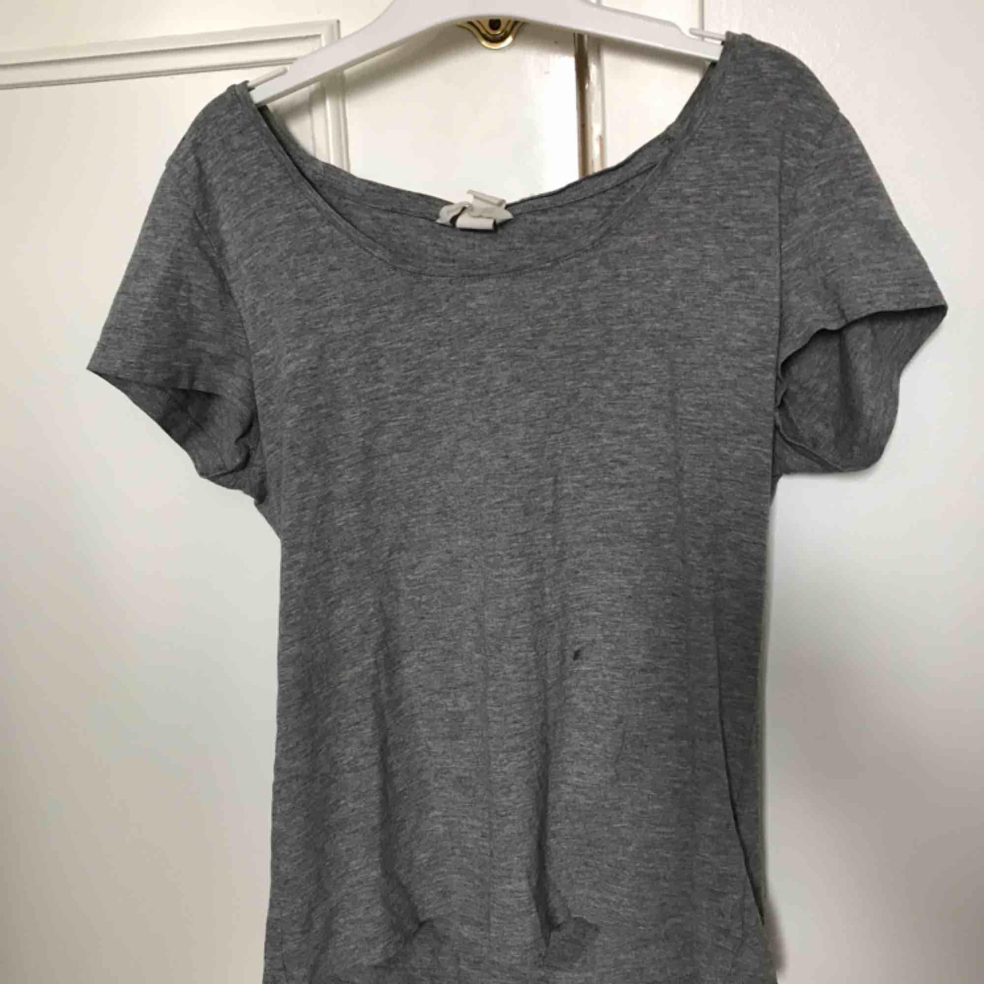 Basic tröja med djup u-ringning . Toppar.