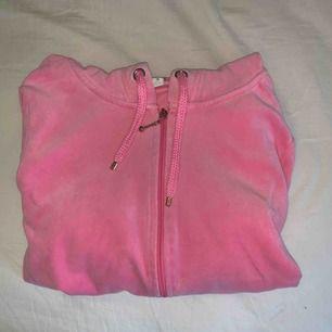 🌸En mysig tröja med luva från Cubus. Passar bra nu till sommaren när man vill ha på sig en färg klick eller bara mysa i hemma 🌸