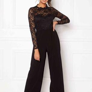 En svart jumpsuit med spets upptill och vida ben. Riktigt fin och skön att ha på sig.  Har använt den endast 1 gång pga hittar inget tillfälle att bära den. Köpt fö 499kr. Säljer för 300 med frakten inräknad.  Pris kan nog diskuteras, vill bli av med.