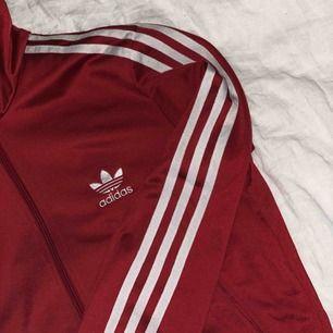 ❤️ En röd adidas tröja som passar en S lika så en M. Väldigt snyggt med ett märke på ryggen också som man ser på den 3 bilden. ❤️