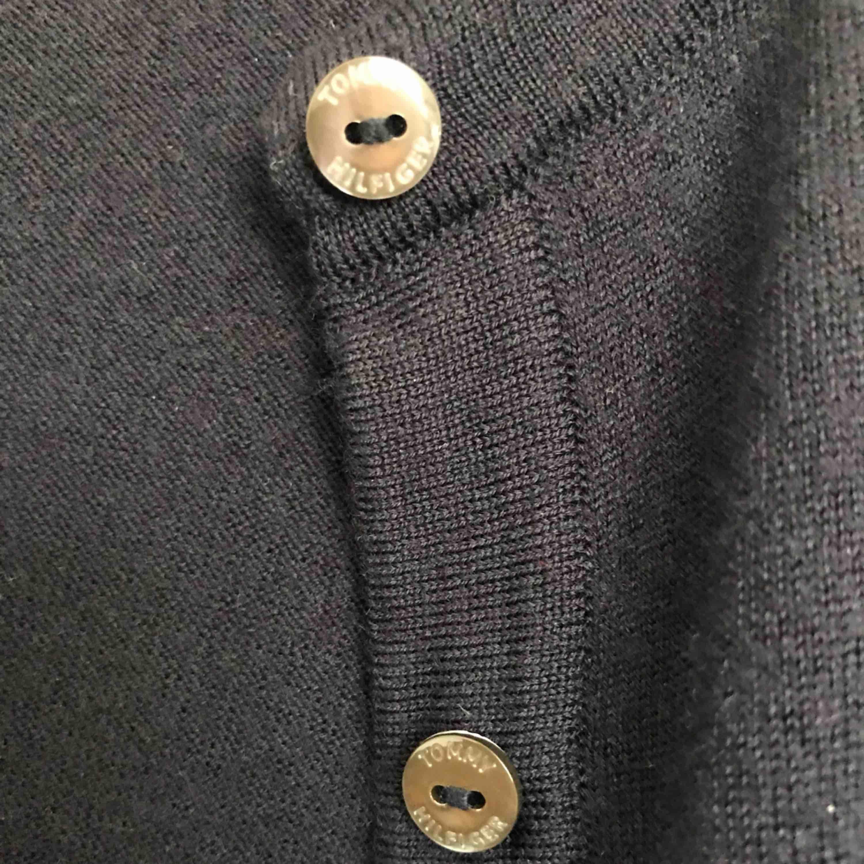 Tommy Hilfiger cardigan köpt för 1299 kr på Johnells.  Använd en gång! Super skönt material, härlig mörkblå färg! Perfekt för såna där små kyliga sommarkvällar, bara slänga på denna cardigan och både bli varmare och snyggare. . Tröjor & Koftor.
