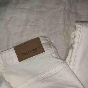 🦋Ett par helt vanliga vita jeans från Gina tricot i designen Molly. Perfekt nu till sommaren.🦋 Frakten ingår i priset