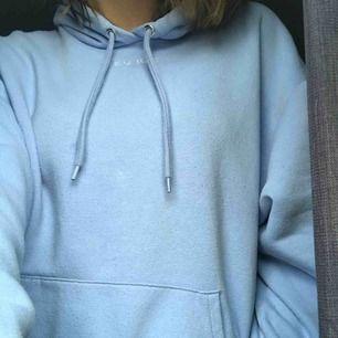 Jättefin hoodie från monki!! Använd några gånger men i väldigt fint skick:) Säljer för att jag behöver pengar till något annat! Kan mötas upp i sthlm💘💕🌩