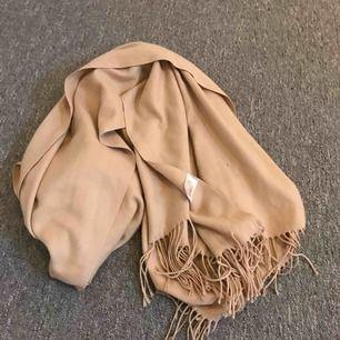 • Fin beige halsduk från någonstans jag inte vet • Användes ca 2 gånger • Den passar inte till min jacka (anledningen till vrf jag säjer den) • Fraktar endast! Köparen står för frakten