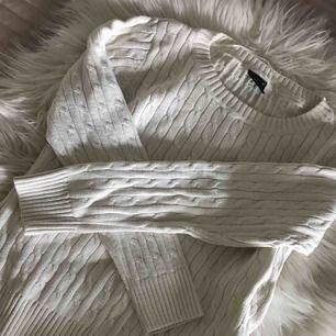 Vit stilren och snygg kabelstickad tröja. Helt i nyskick