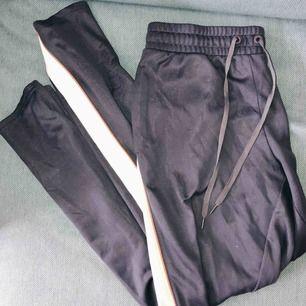 Sweatpants från HM SPORT. Knappar på sidan vid underbenen. Skickas mot frakt eller möts upp i centrala Stockholm.