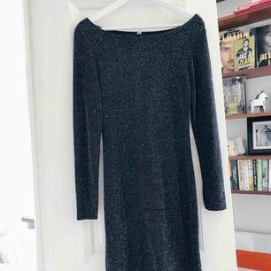 Glittrig tajt klänning. Skickas mot frakt eller möts upp i centrala Stockholm.