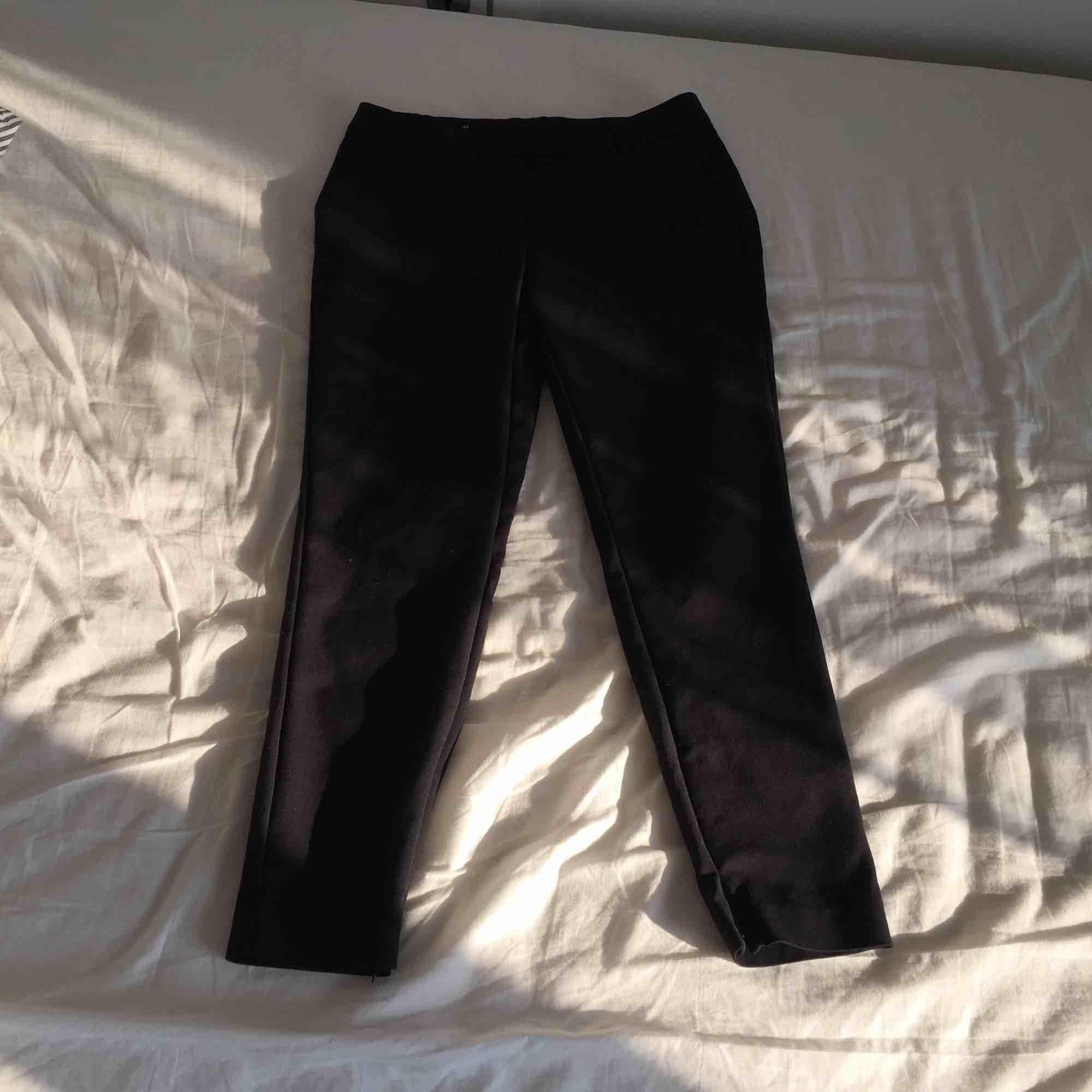 Bra skick, är en storlek S men korta i benen! Köparen betalar frakt . Kostymer.