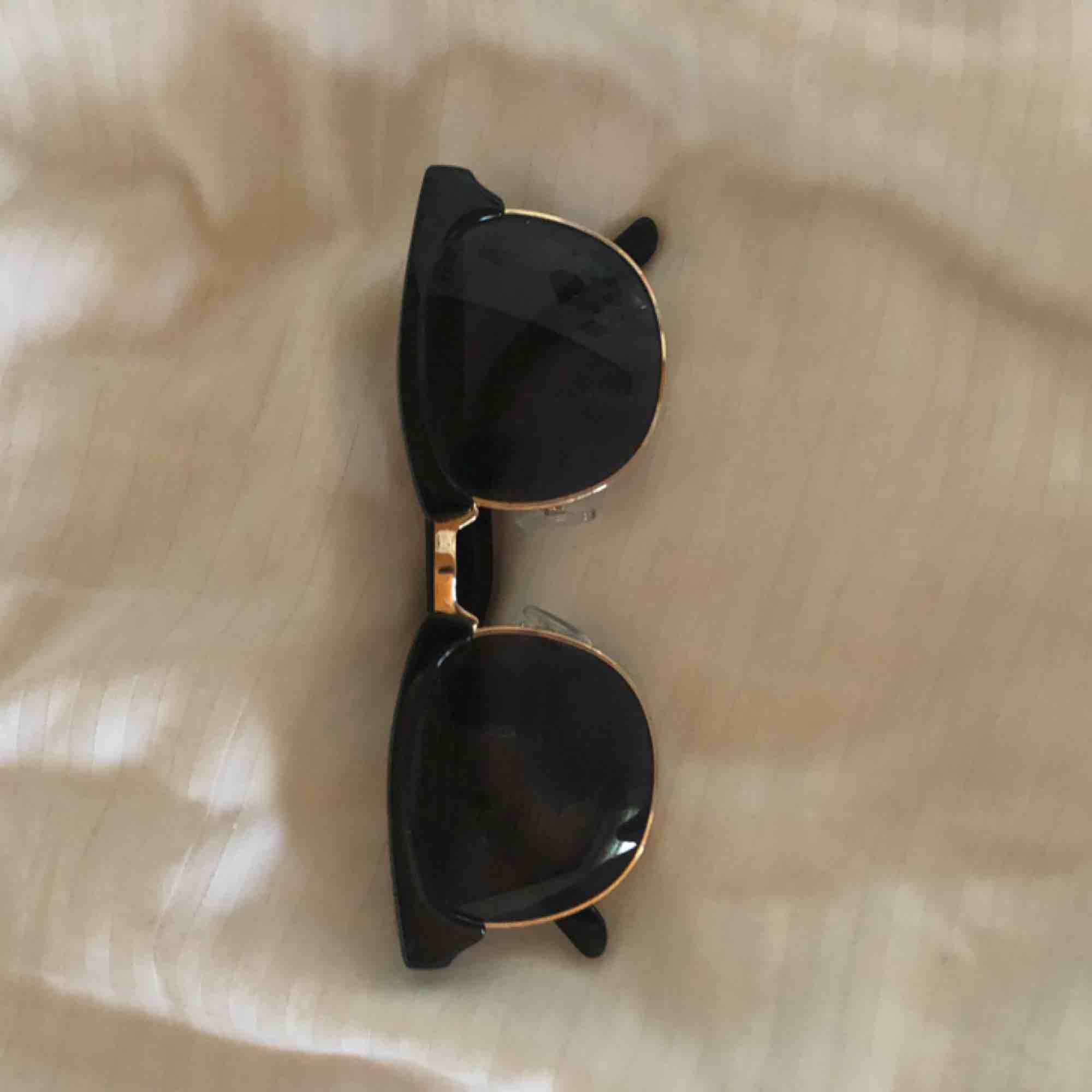 Solglasögon från Gina tricot. Accessoarer.