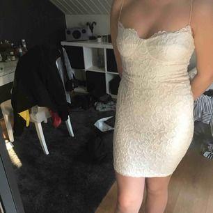 Vit tajt spets klänning från Nelly.com, använd 1 gång, jätte fin men tyvärr för liten /: Ställ gärna frågor