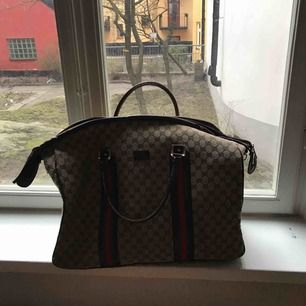 Stor fake Gucci väska som är i bra skick, väldigt praktisk men har alldeles för många vädjar därför säljes