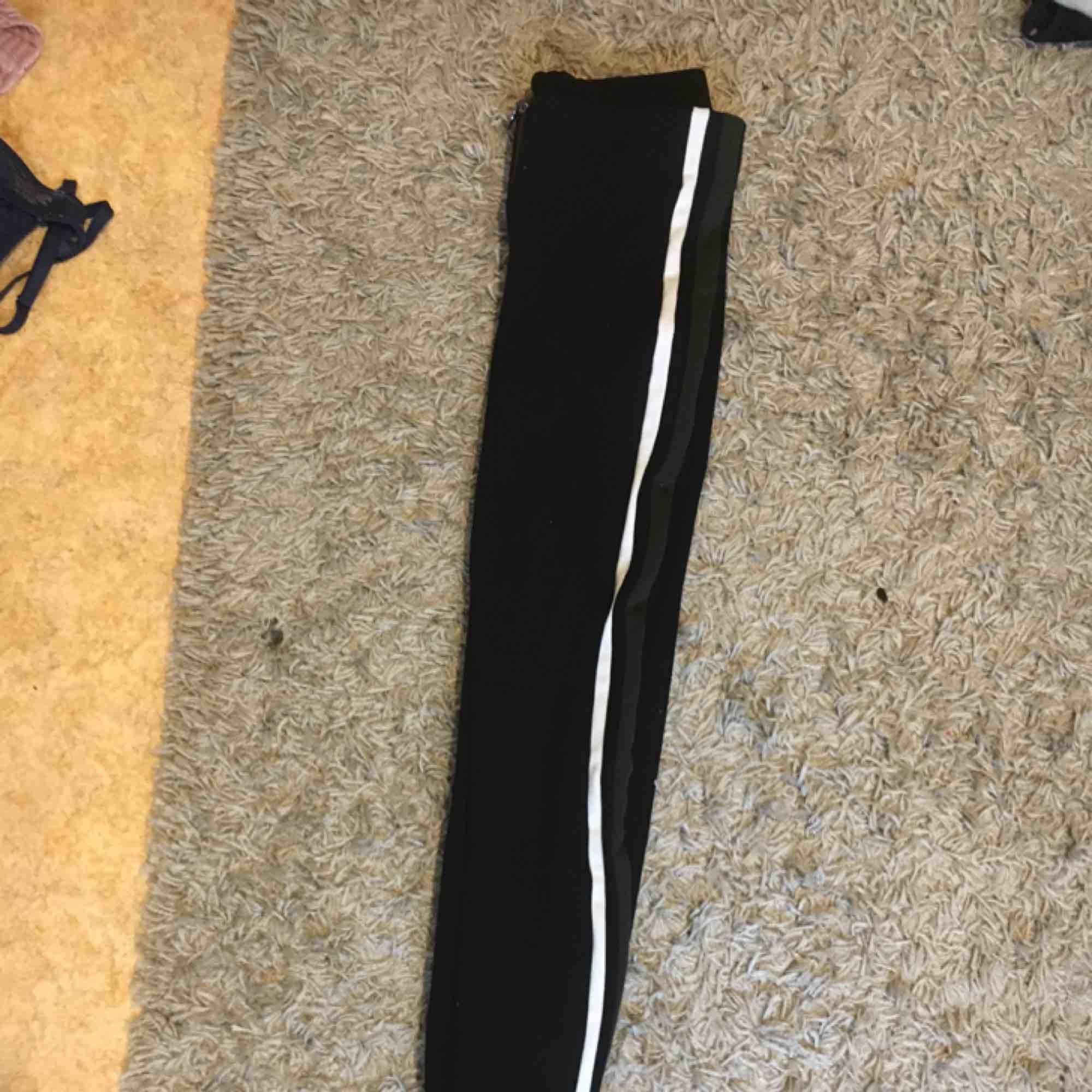 Säljer dessa byxor från zara, dem är väldigt strechiga och sköna, dom har en vit och en mörkgrön stripe på sidan skicka för bättre bilder, frakt tillkommer:(. Jeans & Byxor.