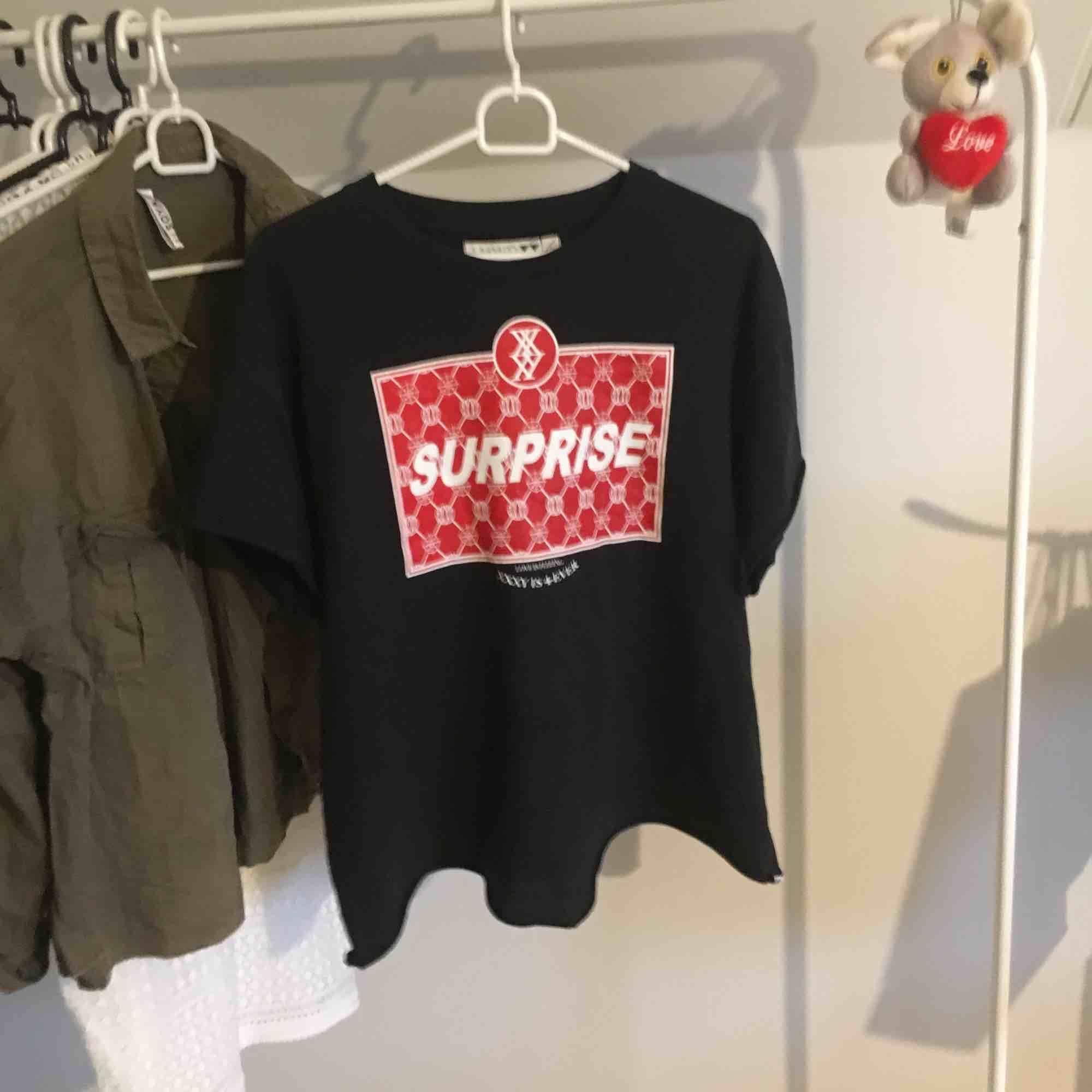 Säljer denna snygga oversize t-shirten från junkyard, den är använd en sommar och är i bra skick, frakt tillkommer:). T-shirts.