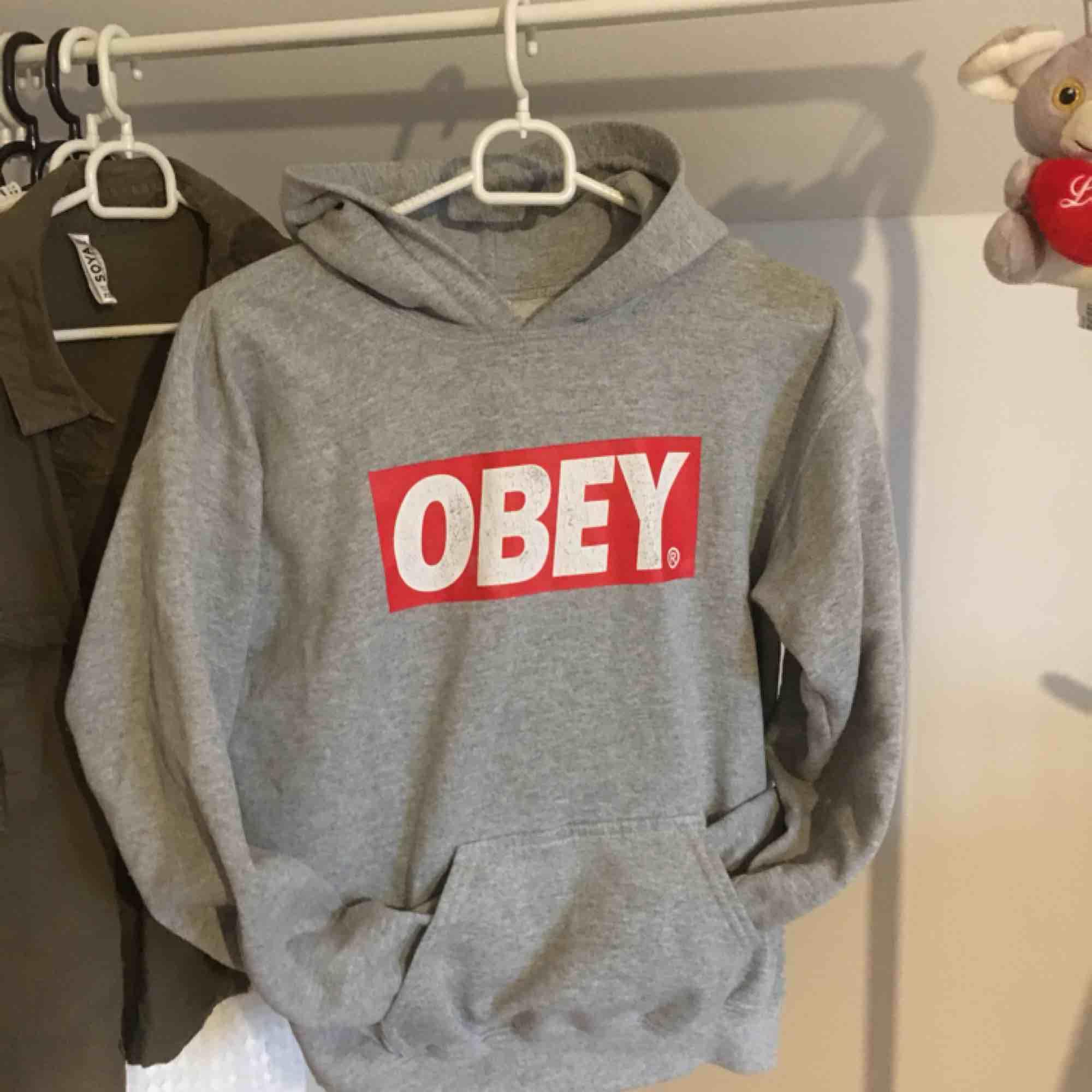 Säljer denhär obey (fake) hoodien, den är fint skick, ser ut som en äkta, frakt tillkommer:). Huvtröjor & Träningströjor.