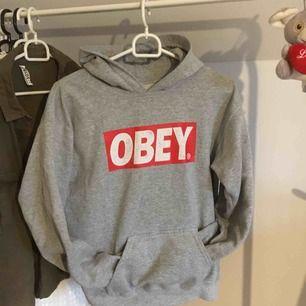 Säljer denhär obey (fake) hoodien, den är fint skick, ser ut som en äkta, frakt tillkommer:)