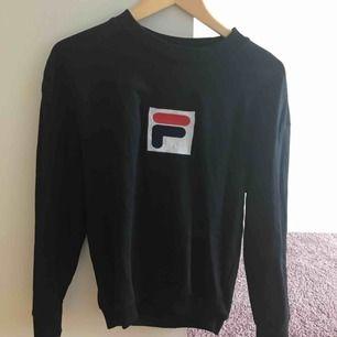 Skitcool FILA sweatshirt, jättebra skick, inget fel med den, har vara tröttnat. Orginalpris: 599kr säljer den för 300kr, kan diskuteras