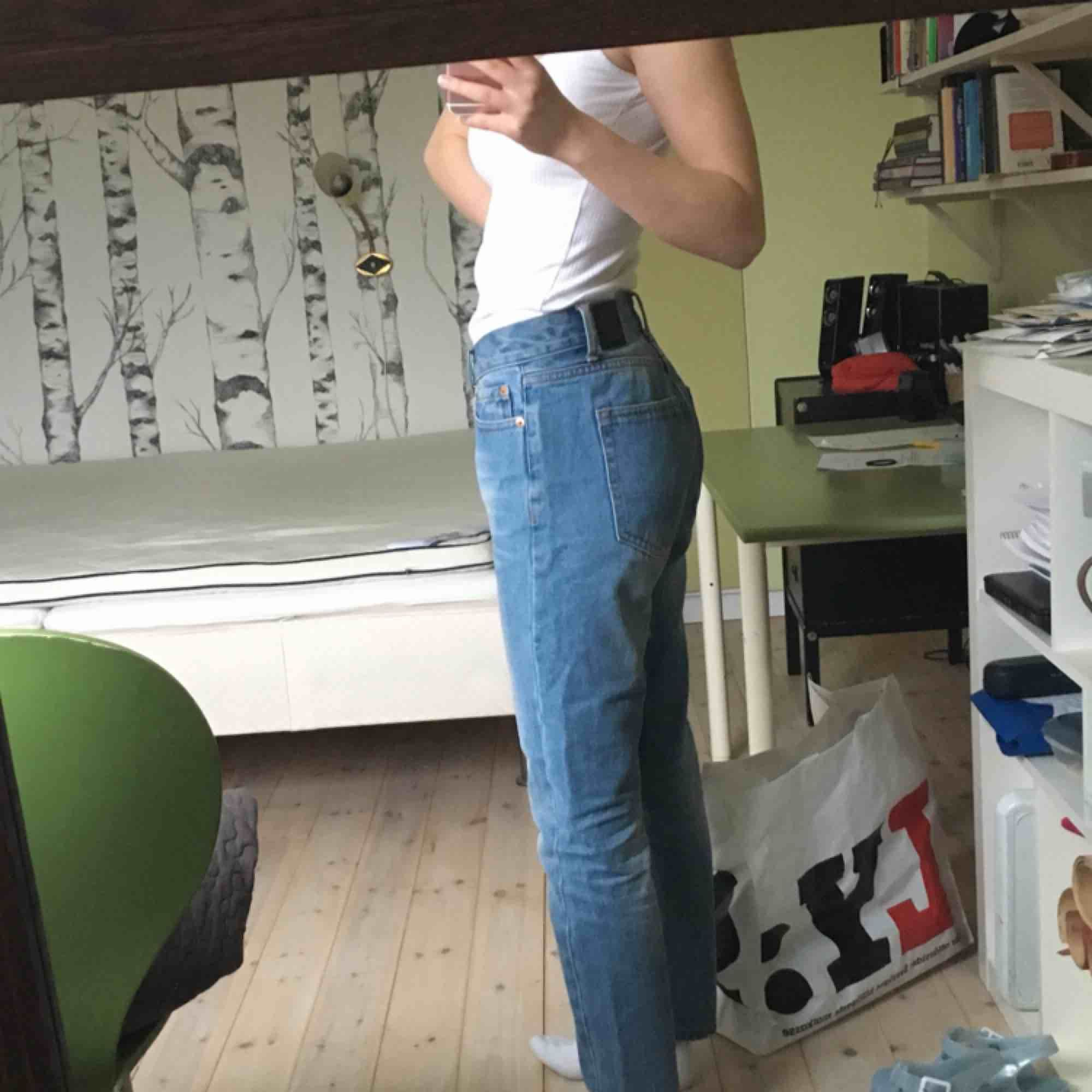 Oanvända byxor i perfekt skick. Passar mig som är 163cm. Sitter lagom löst, jättesköna. Från märket ÖA.. Jeans & Byxor.