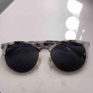 Ett par jättesnygga solglasögon som tyvärr inte passar min stil, glaset är lite dammigt på bilden men skickas såklart nyputsade och fina!  Jag bjuder på frakten!💞